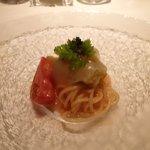 タツヤ・カワゴエ - 白イカと焼茄子の冷製フェデリーニ、タプナード添え