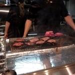 牛たん炭焼き 利久 - 目の前で肉厚な牛タンが焼かれている