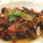 トラットリア ダ・テレーサ - アクアパッツァ(オリーブ、ケッパー、プチトマトの入った魚介類の白ワイン煮込み)