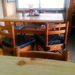 手打うどん保谷 - テーブル席 奥は小上がり2名