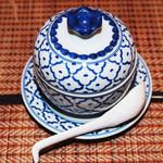 タイ料理亜路居亭 - タイ産の青白磁器パイナップル型にカレーが