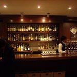 日比谷Bar DINING - 入口入ってすぐ正面のバーカウンター