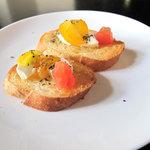 9719262 - 可愛いブルスケッタ。クリームチーズと2種のトマトとオレガノ風味。