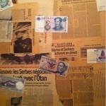 おとふけ - レアな国の紙幣がはられたトイレの壁