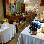 中国料理 珍満 - レジ横からテーブル方向