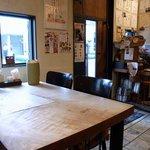 コリアンキッチン初中後 - 店内の雰囲気です。 店内のカウンター席から入口方面を撮っています。