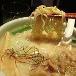 らーめん山頭火 - 麺は中太縮れ麺