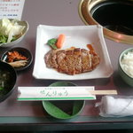 焼肉 せんりゅう - 牛ロースステーキ定食 609円(セット内容)