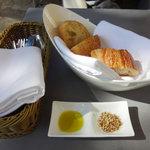 カフェ カリフォルニア - 美味しいパンを白ゴマ・クミン・ヘーゼルナッツで〜♬
