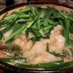 あまからくまから - 「和牛もつ鍋 焦がしにんにく醤油スープ」:にんにくの旨みを上手に引き出したスープ!