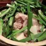 あまからくまから - 「和牛もつ鍋 焦がしにんにく醤油スープ」(火にかける前):もつがたっぷり♪