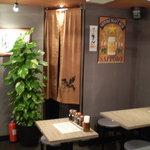 六本木餃子本舗 - 店内も個性的な感じで印象深かったです。