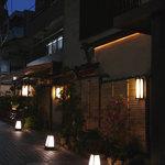 ハチイチ レストラン - 神楽坂メイン通りより一本裏手の情緒ある 芸者新道に面しています ♪