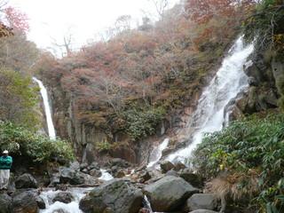 まるはち - 那須の幻の滝「両部の滝」温泉の川と水の川が合流